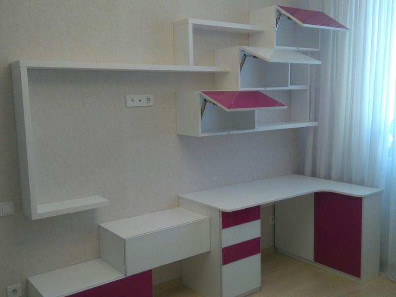 стол в детской комнате
