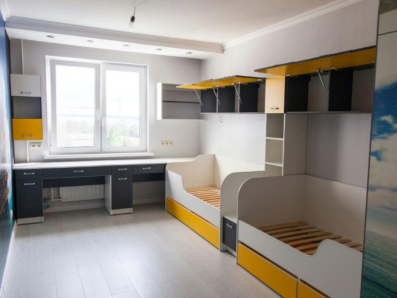 Желто-белая мебель для ребенка
