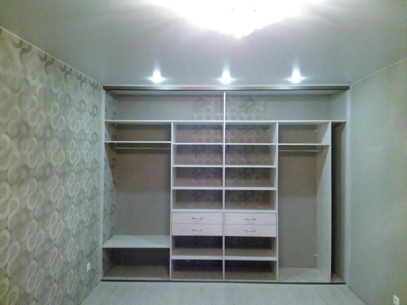 Встроенный шкаф-купе с подсветкой